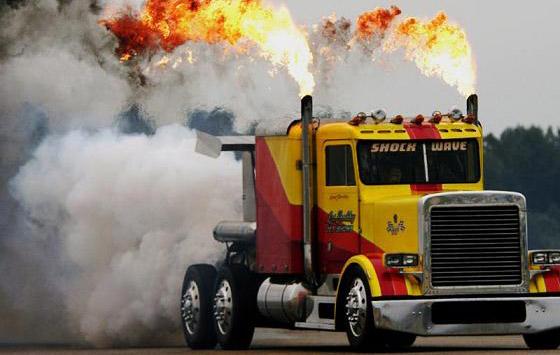 Camion tirando fuego