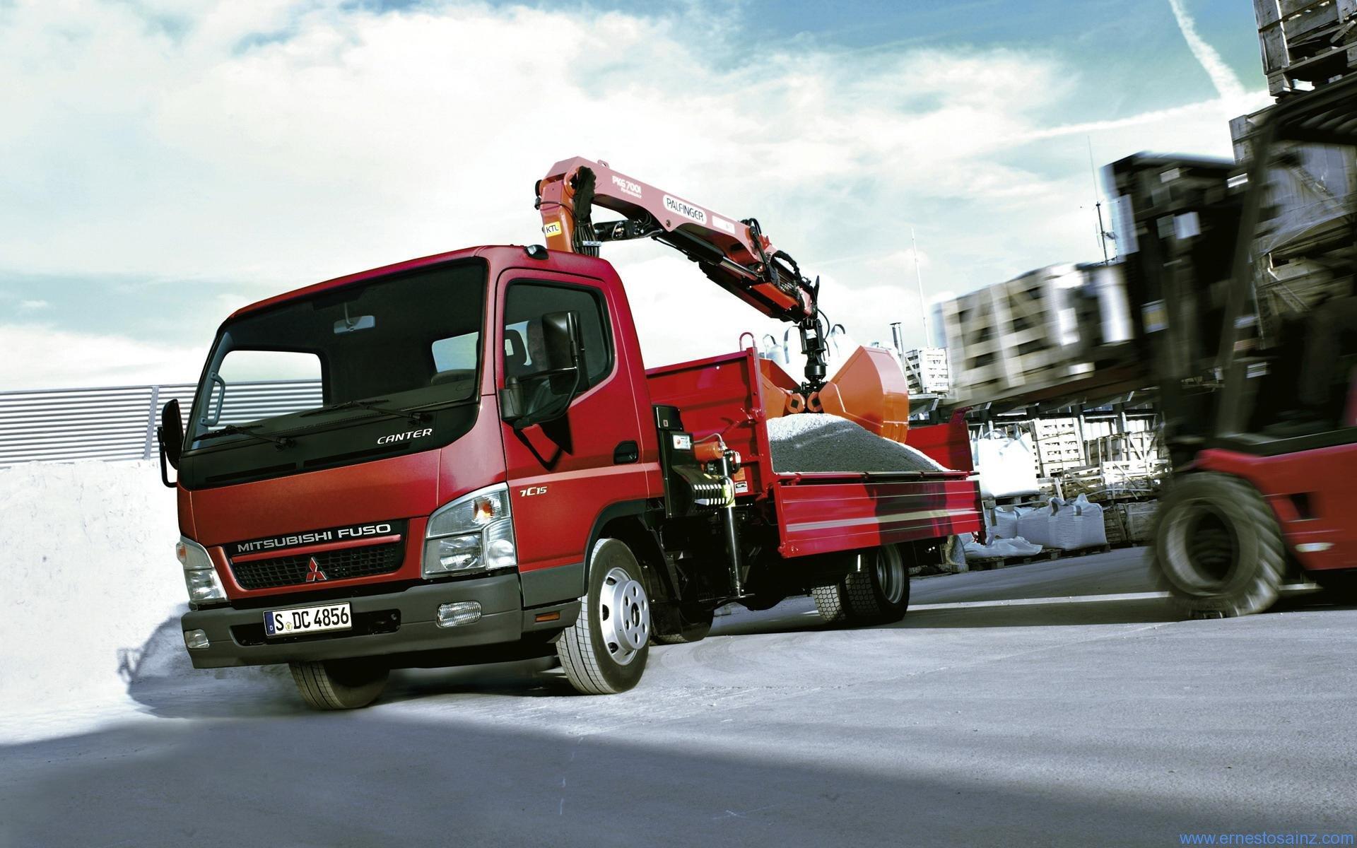 Camion Mitsubishi Fuso con escabadora