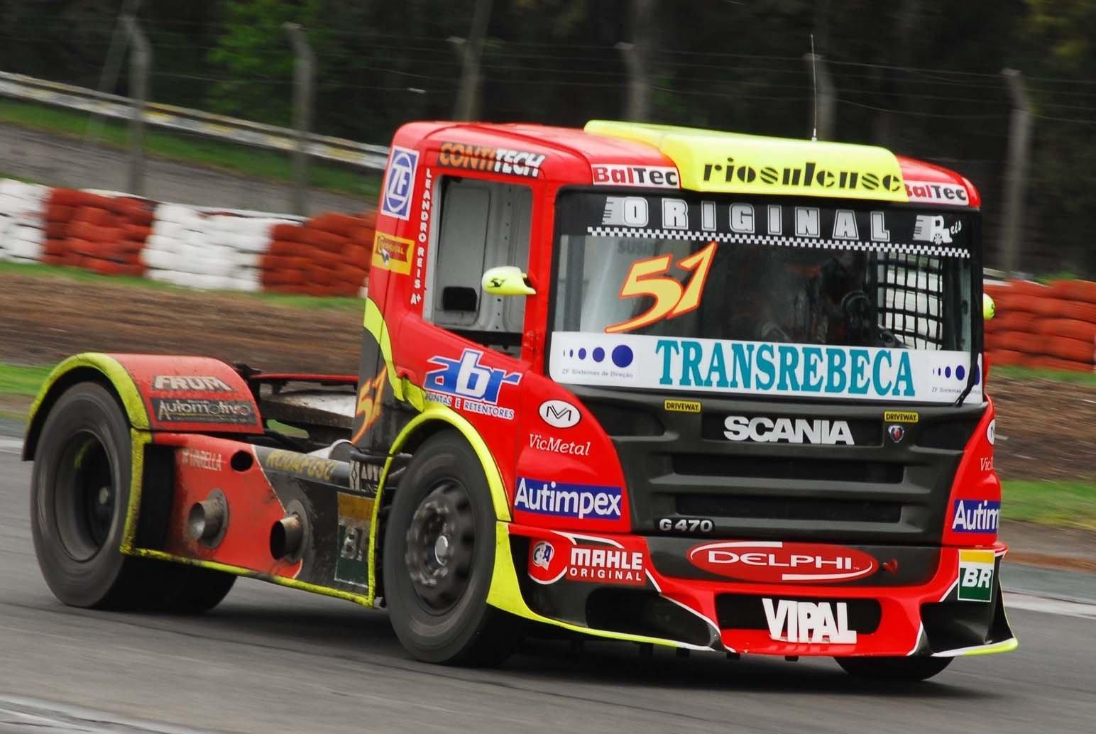 Dos camiones de carreras