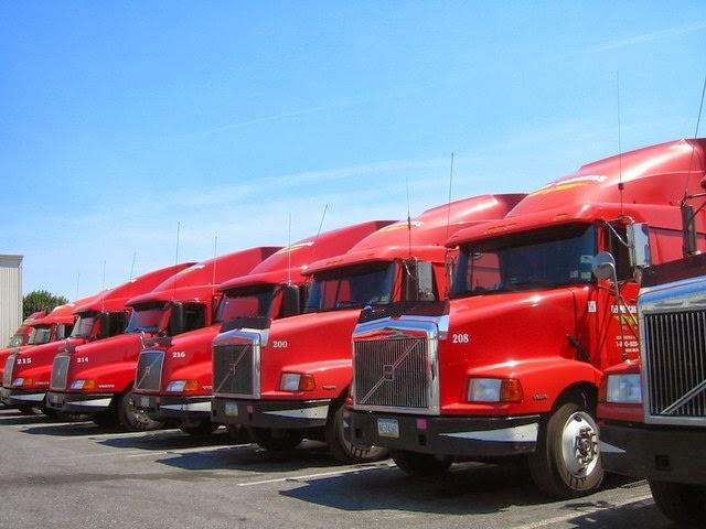 flota-de-camiones-rojos