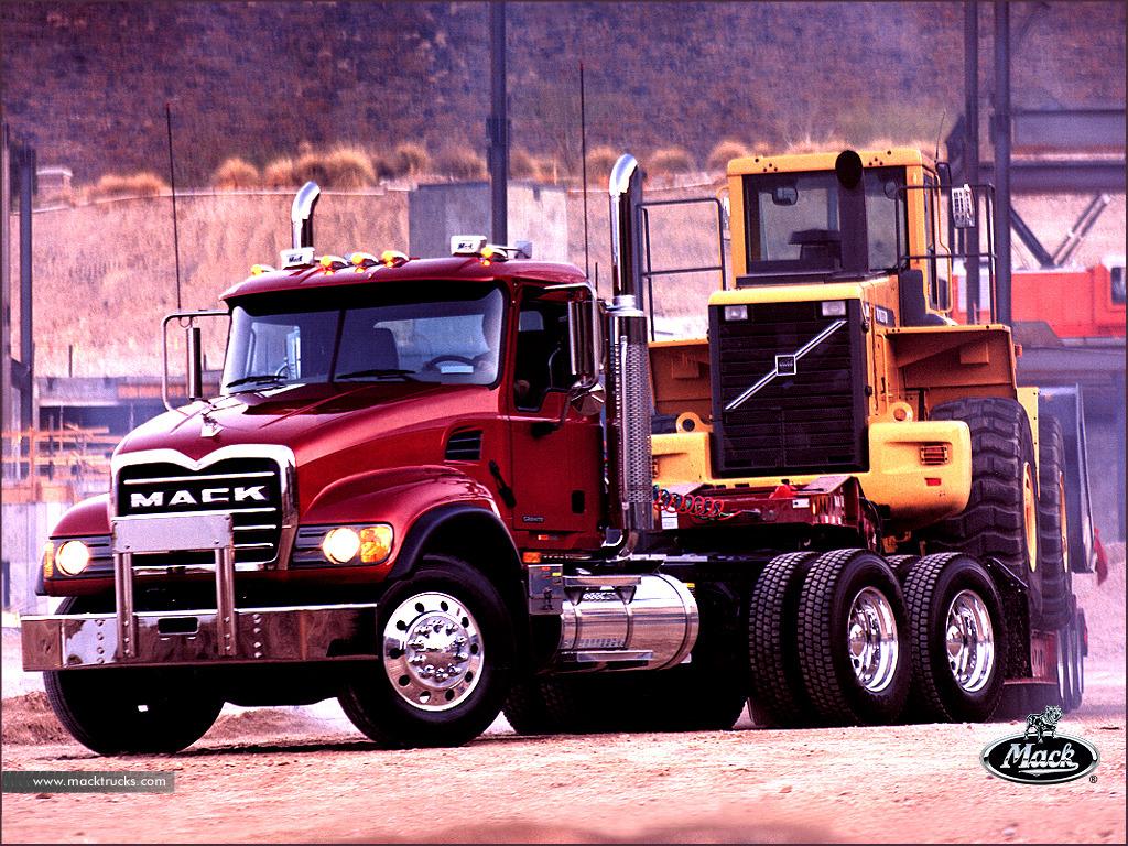 Mack transportando tractor