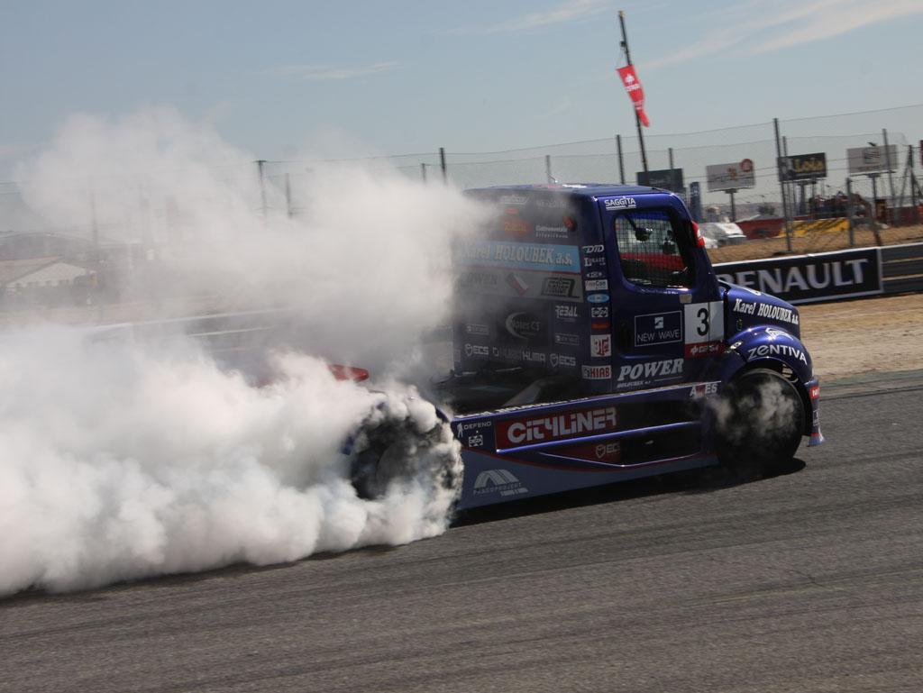 Quemando ruedas en carreras de Camiones
