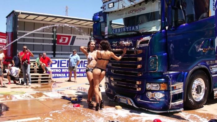 chicas-lavando-scania