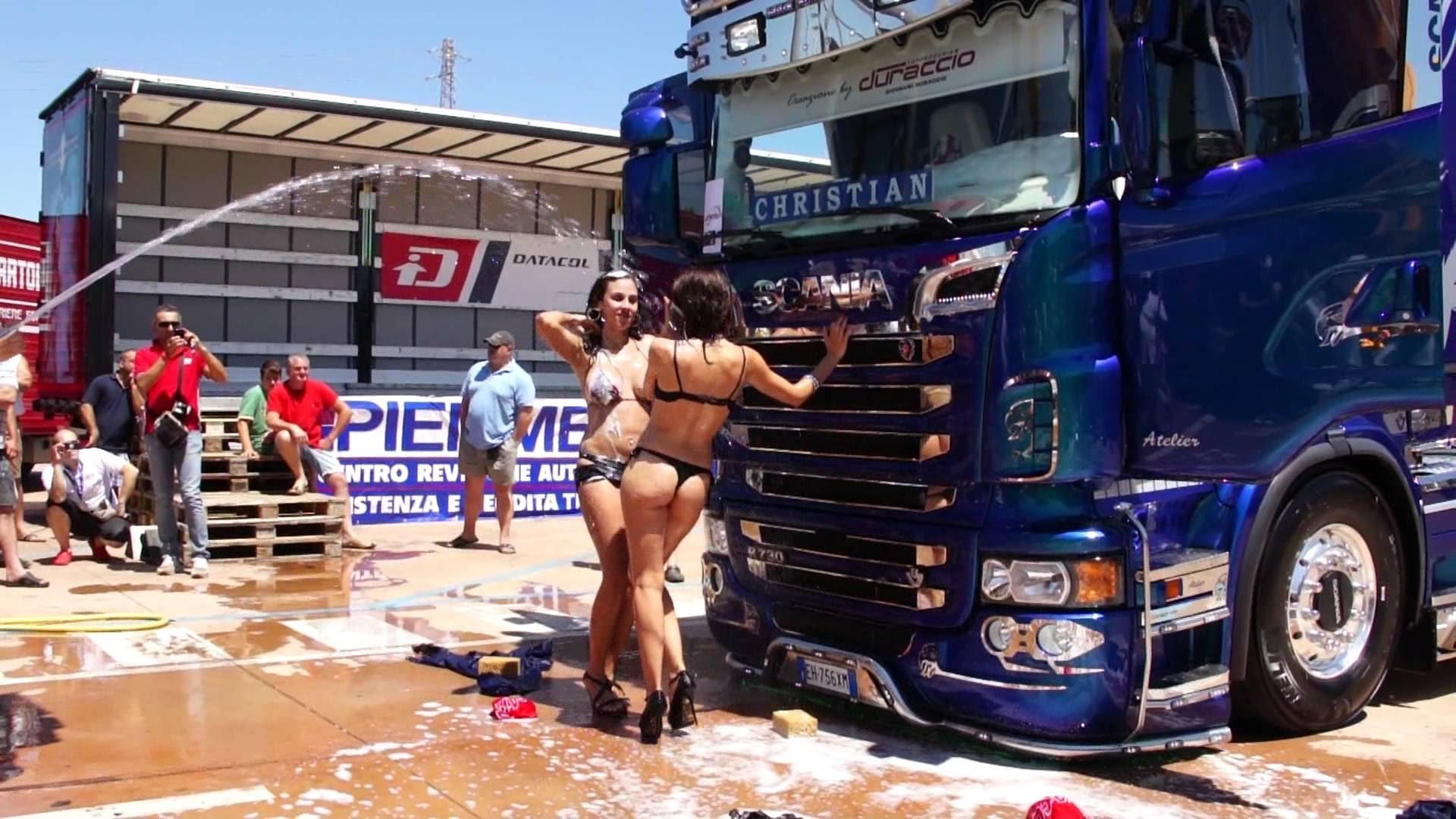 Chicas lavando Scania