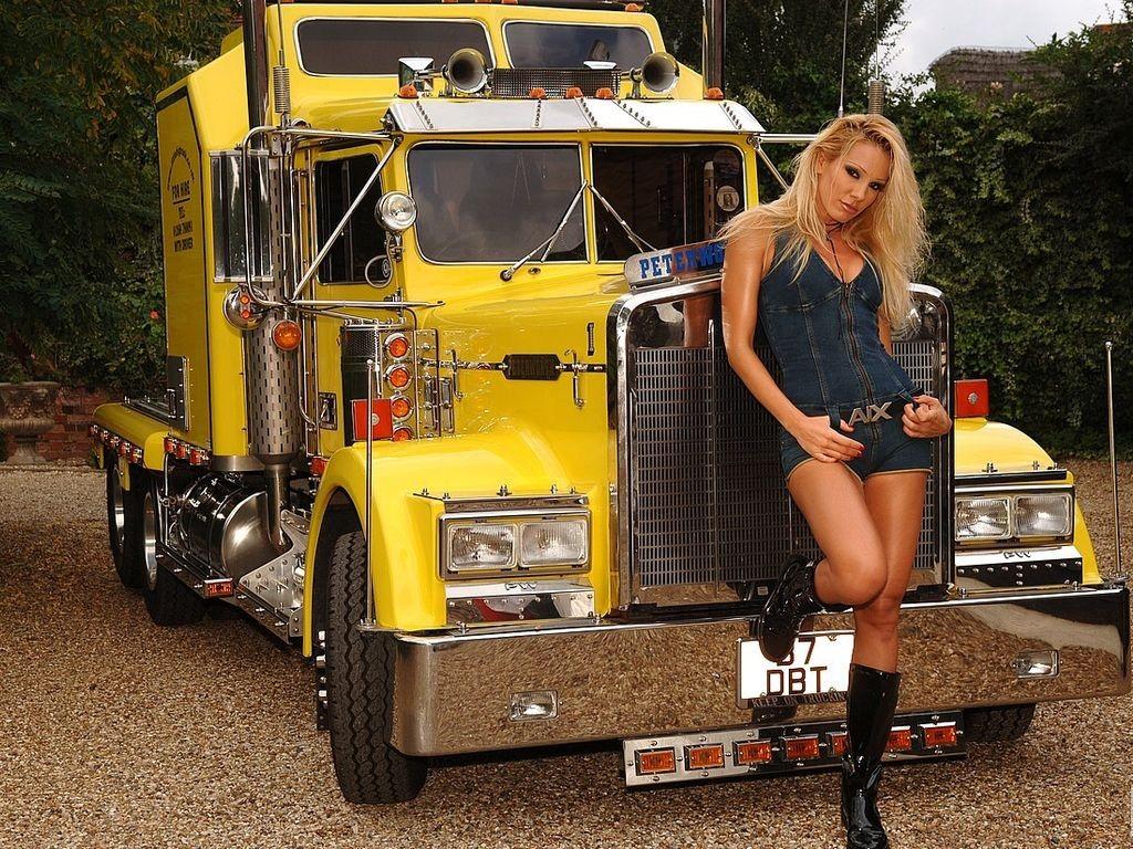 Rubia y camion amarillo
