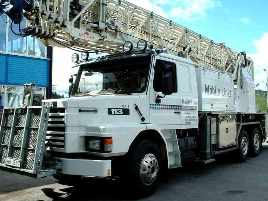 Scania 113 blanco con escalera