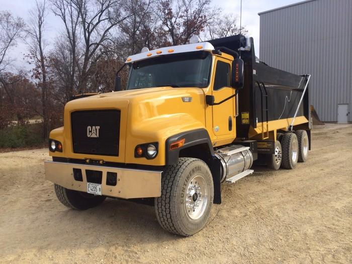 camion-cat-amarillo-remolque-negro