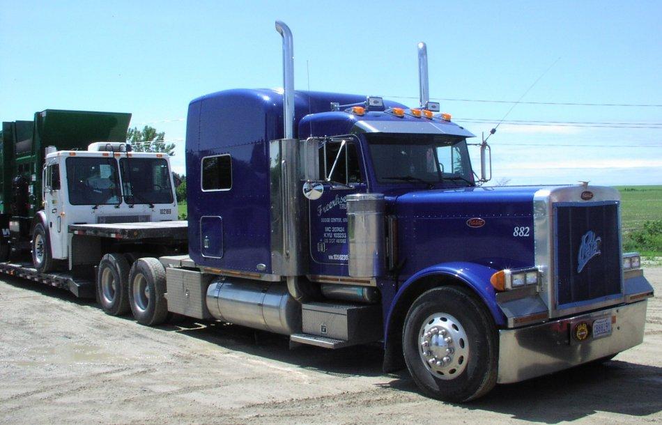Camion FreightLiner trasnportando otro Camion