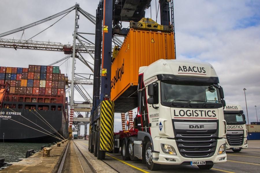 Camión DAF XF 460 cargando un contenedor en el puerto