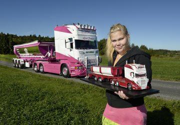 Camion Scania Rosa Camionera Rubia
