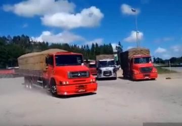 Camiones brasileros desfilando