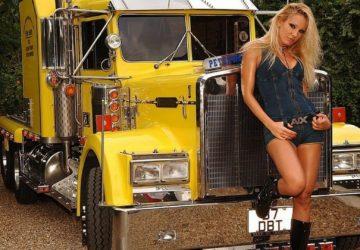 Chica posando con Camion Pertbilt