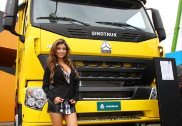 Chica junto a un Camion Sinotruk