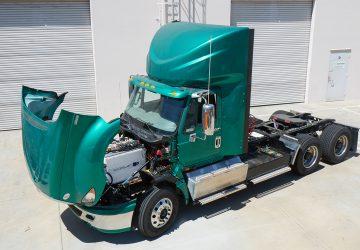 Camion verde con capo levantado